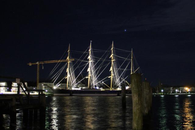 Nachtaufnahme Segelschiff Travemünde